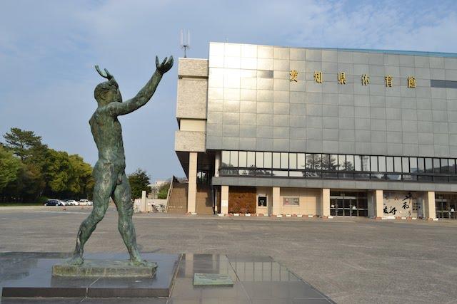 銅像「伸」とドルフィンズアリーナ