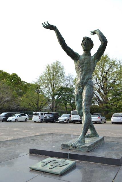 ドルフィンズアリーナ前の銅像「伸」