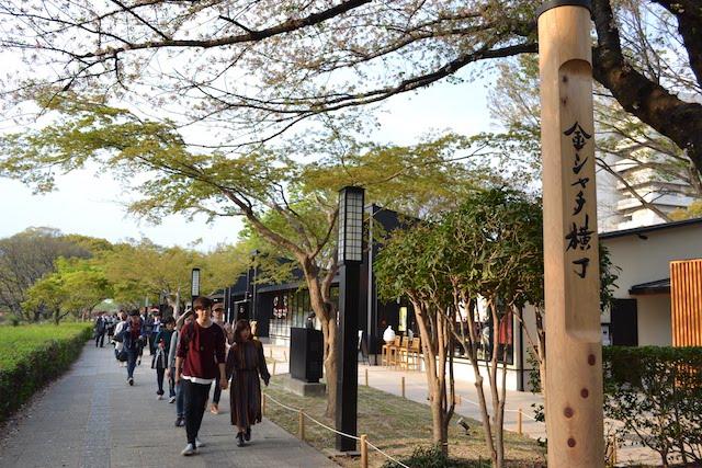 名古屋城への遊歩道も兼ねている「金シャチ横丁」