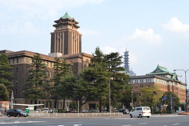 名古屋市役所本庁舎(左)と愛知県庁本庁舎