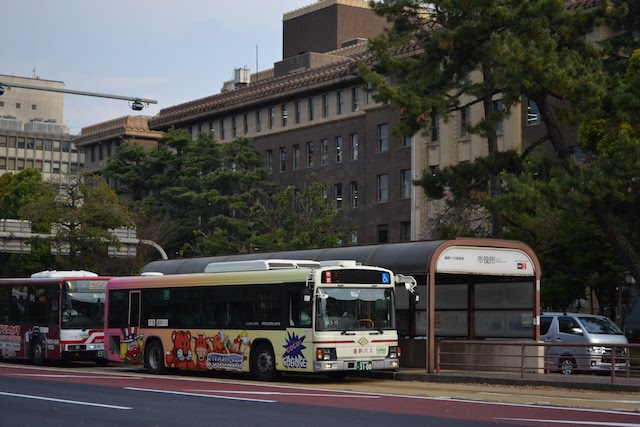 基幹バス市役所停留所に到着する名古屋市営バスと名鉄バス