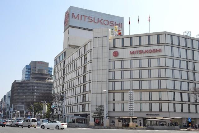 栄交差点側に屋上観覧車が見える「名古屋三越栄店」