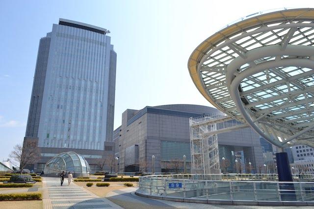 「オアシス21」に隣接するNHK名古屋放送局(左)と愛知芸術文化センター