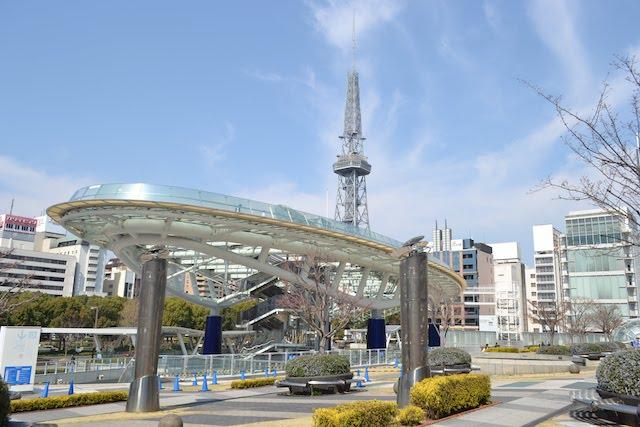 「オアシス21」の公園ゾーン「緑の大地」から「水の宇宙船」越しに眺める名古屋テレビ塔