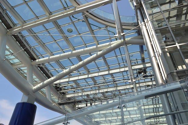 下から見上げた「オアシス21」の大屋根「水の宇宙船」