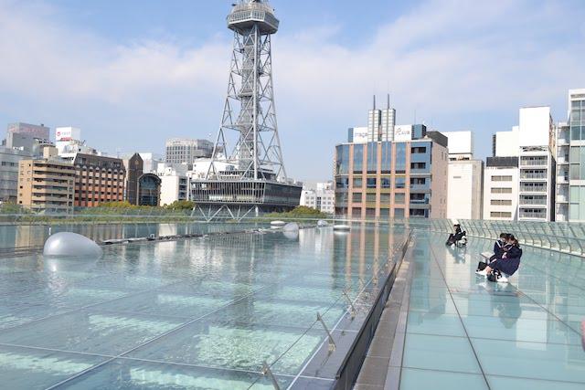 ベンチに座って休憩もできる「オアシス21」の大屋根「水の宇宙船」