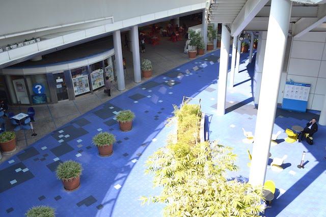 「オアシス21」地下の吹き抜け空間「銀河の広場」とインフォメーションセンター