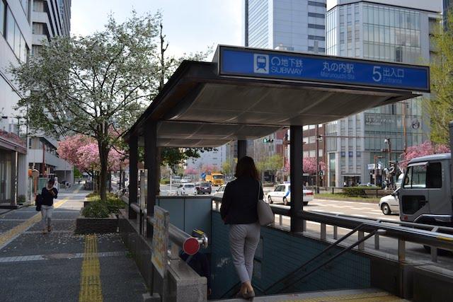 桜通沿いの地下鉄丸の内駅5番出入口