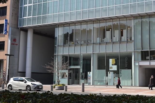 久屋大通沿いにある「日本メナード化粧品」本社ビル