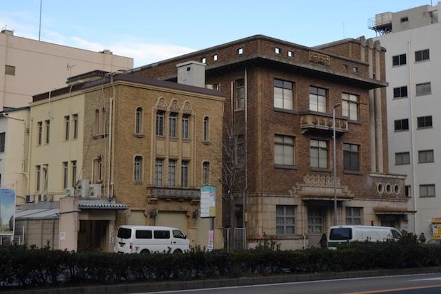大津通沿いにある「伊勢久」名古屋営業所(左)と「愛知・名古屋戦争に関する資料館」