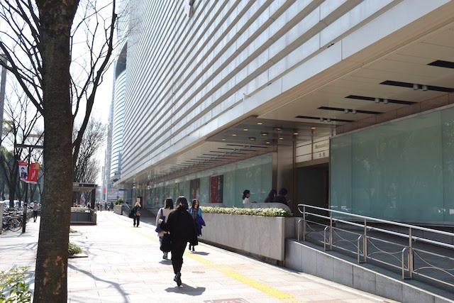 久屋大通側側から見た白いストライプを基調としたデザインの松坂屋名古屋店本館