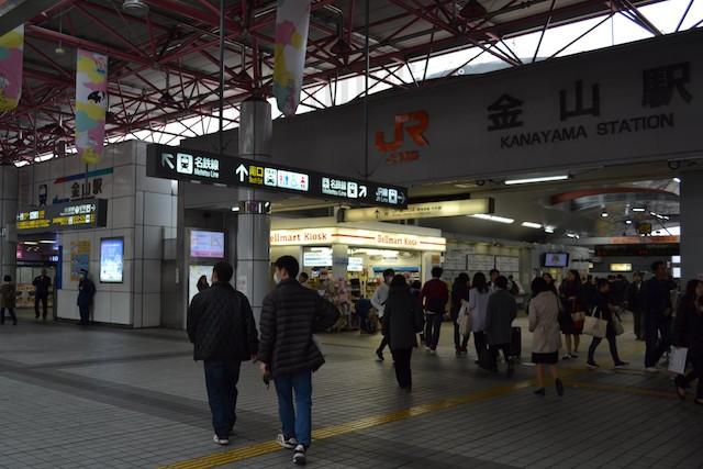 JR金山駅改札口