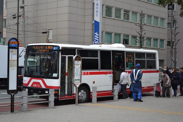 金山駅南口に停車中の「イオンモール熱田」シャトルバス