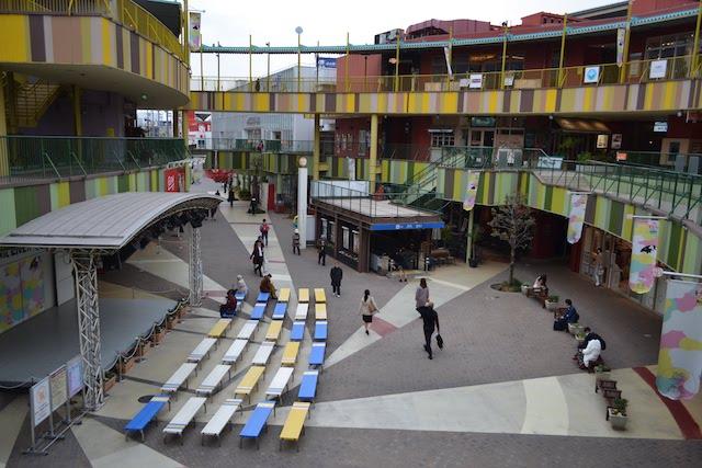 ステージを中心に円弧状に広がる「アスナル金山」店舗ゾーン