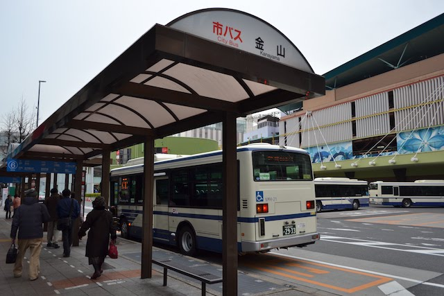 路上に設けられている市バス金山バス停