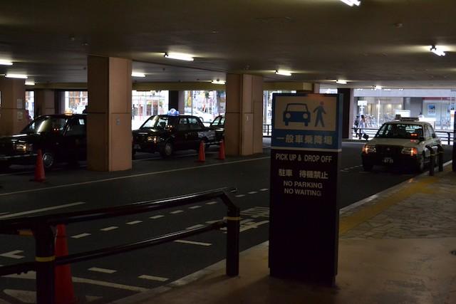 「アスナル金山」内のタクシーのりばと一般車乗降場